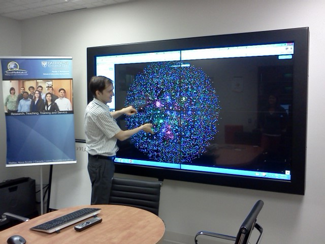 Dr. Anatoliy Gruzd demonstrating how Twitter networks are visualised using a tool called Netlytic (Social Media Lab at Dalhousie University).